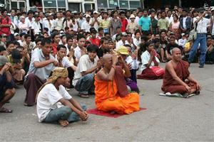Myanmar__monks_people_togheter